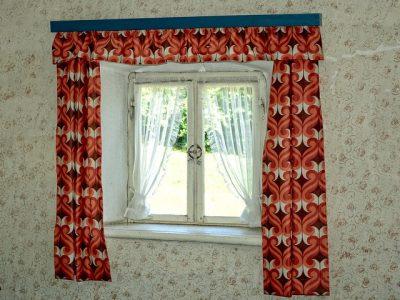 Blümchentapete, rote Vorhänge: Der Charme der 70er … nicht jedermanns Traum vom Wohnen